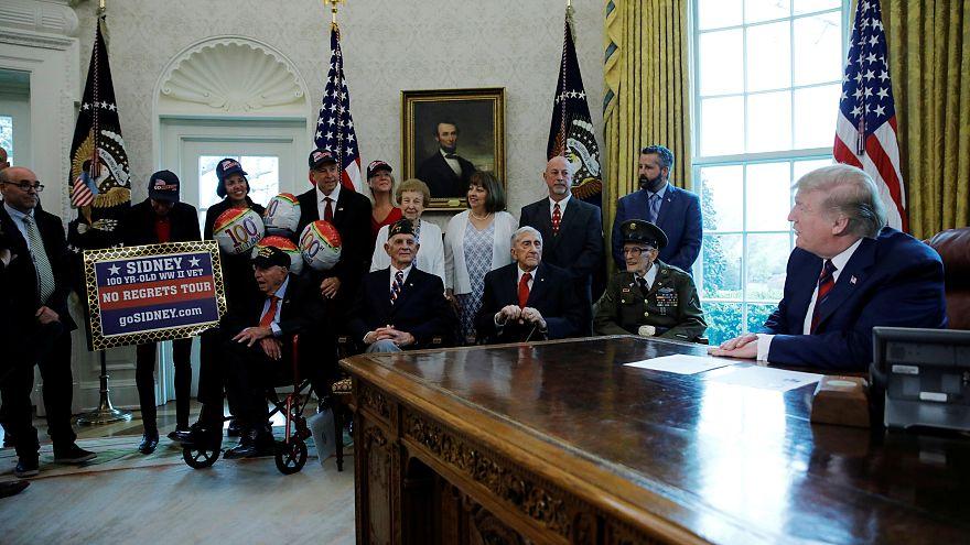 ترامب مستقبلاً مجموعة من المحاربين القدامي في البيت الأبيض