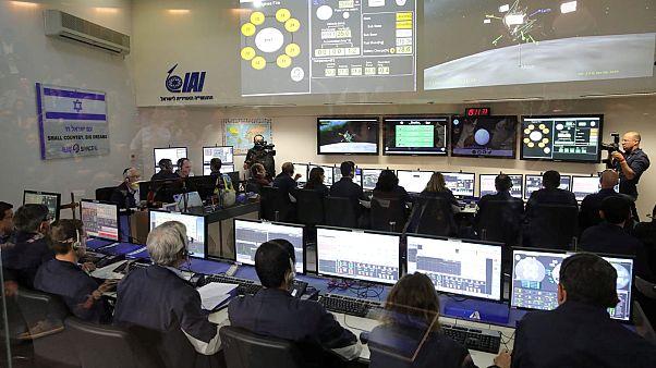 طاقم مركبة بيريشيت الفضائية الإسرائيلية متابعاً عملية الهبوط