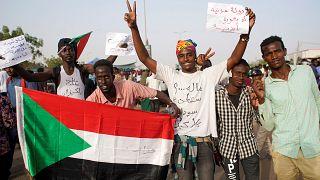 لم يرضَ المتظاهرون بعزل البشير ويطالبون بدولة مدنية