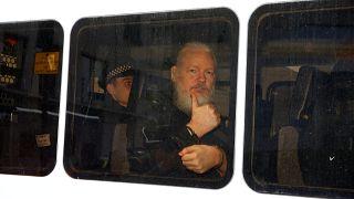 جوليان أسانج إثر إخراجه من سفارة الإكوادور في لندن