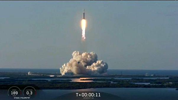 Foguetão Falcon Heavy leva satélite ao espaço