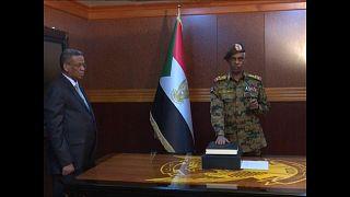 زعيم الانقلاب في السودان يؤدي اليمين والشارع إلى مزيد من الاحتقان