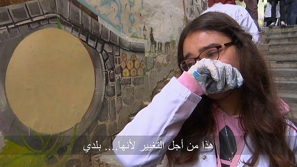 شابة جزائرية لم تستطع أن تحبس دموعها حين الحديث عما تقوم به