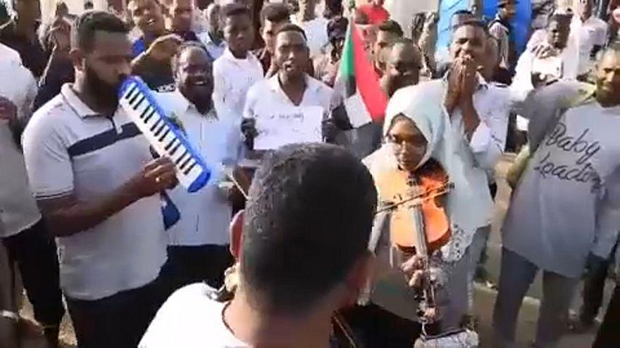 MIles de sudaneses siguen en la calle exigiendo democracia en Sudán