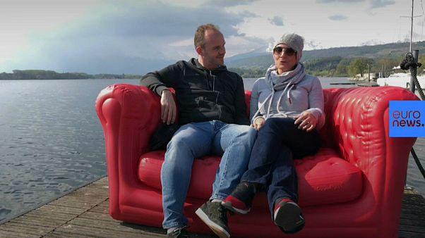رایدهندگان ایتالیایی بر روی مبل قرمز یورونیوز از دغدغههای خود میگویند