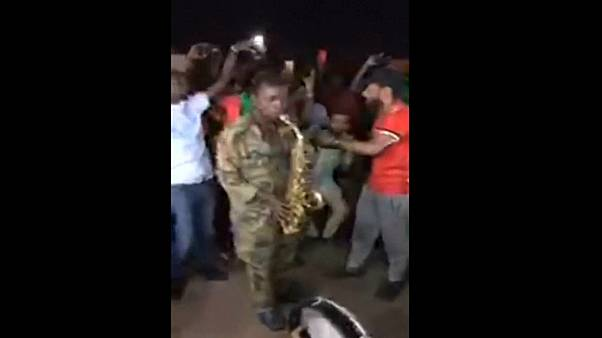 صورة للجندي أثناء عزفه