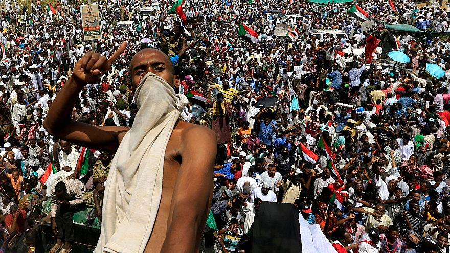 مظاهرات سودانية بعد إعلان الجيش الإطاحة بالبشير