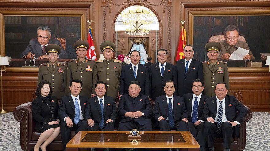 زعيم كوريا الشمالية خلال لقاء مع عدد من المسؤولين في حكومته