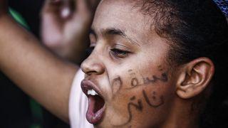 من هو رئيس المجلس العسكري الانتقالي الجديد في السودان وما هو أول قرار اتخذه؟