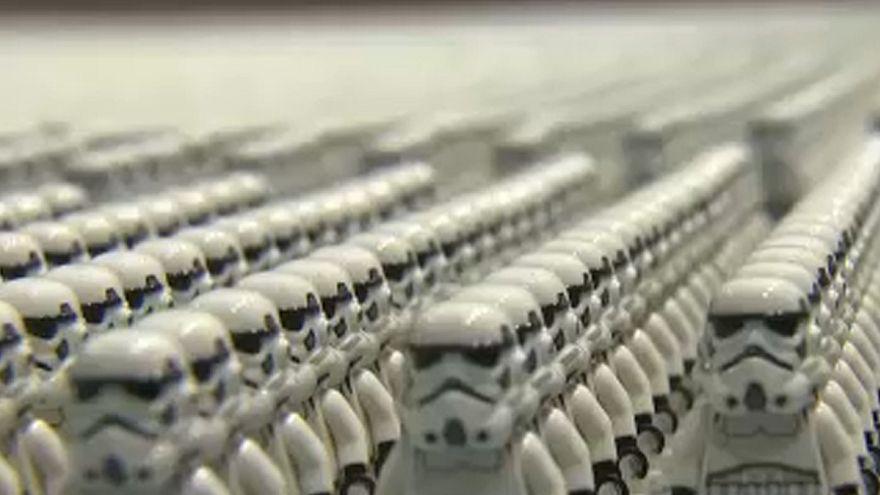 Un immense casque de Stormtrooper reproduit avec des figurines LEGO