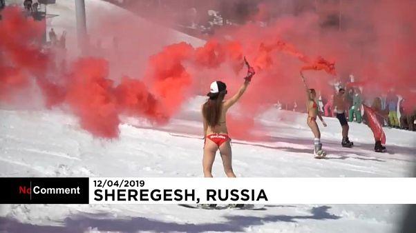 Russie : ils descendent les pistes en maillot de bain!