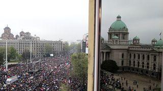 Blick auf die Demonstranten vor dem Parlament