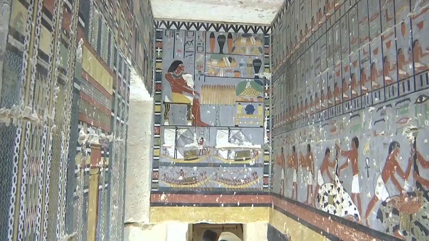 المقبرة من الداخل