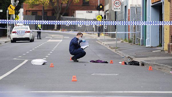موظف من شرطة فيكتوريا يعمل في موقع إطلاق نار أمام ملهى ليلي في ملبورن