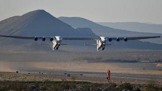 Felszállt a világ legnagyobb repülőgépe