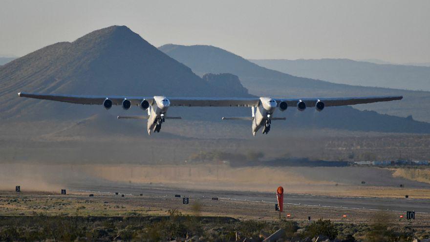 أكبر طائرة في العالم تحلق فوق صحراء موهافي في كاليفورنيا
