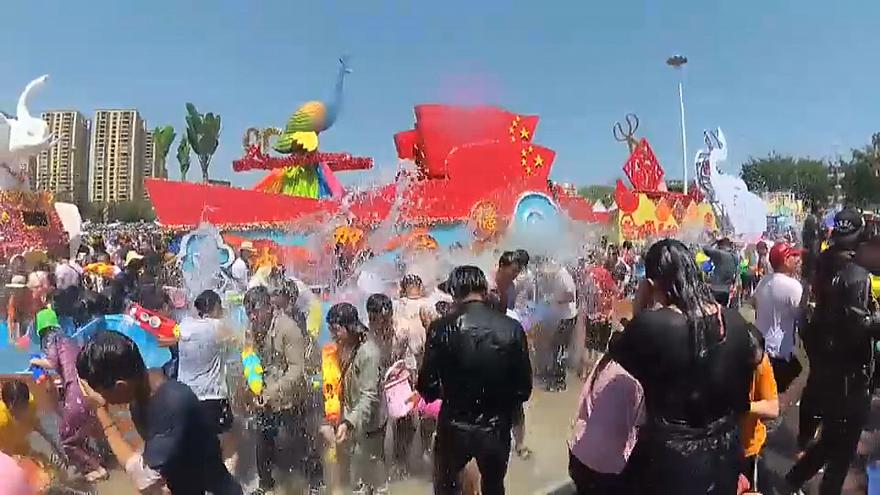 Yunnan festeja o ano novo com baldes de água