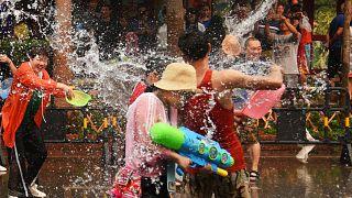 ویدئو؛ جشنواره آب پاشی در چین با آرزوی ثروت، سلامتی و شادی برای یکدیگر