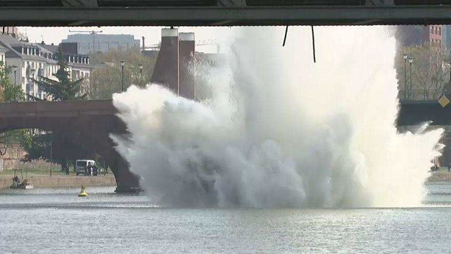 Frankfurt: 250-Kilo-Bombe im Main entschärft