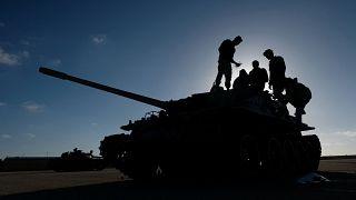 Soldaten der von Haftar kommandierten LNA auf einem Panzer