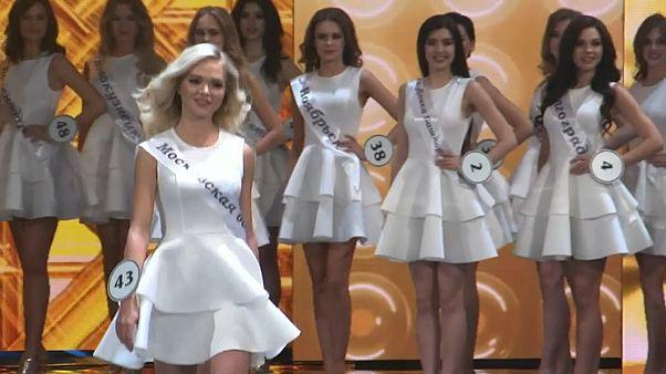 شاهد: منافسة كبيرة على لقب ملكة جمال روسيا في حفل بموسكو
