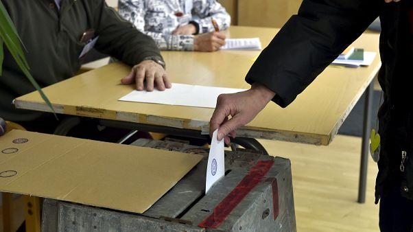 ناخب يدلي بصوته في مركز اقتراع في مانتسلا