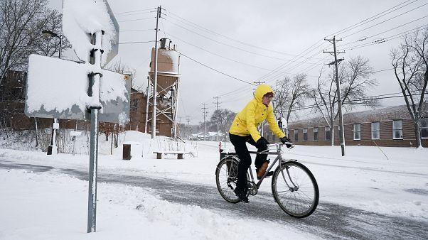 Hóviharok és tornádók tomboltak az amerikai középnyugaton és délen
