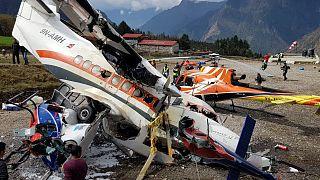 Repülőgéproncs a luklai repülőtéren Nepálban 2019. április 14-én