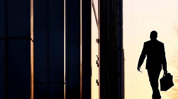 موظف يصل إلى مكتبه في منطقة كناري وارف التجارية في لندن