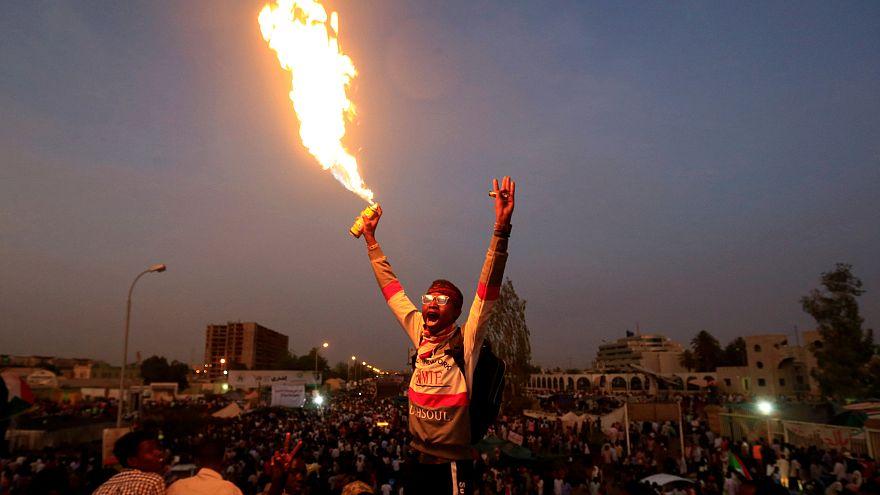 Sudan: Ordu genelkurmay önündeki göstericileri dağıtıyor; protestocular halkı meydanlara çağırıyor