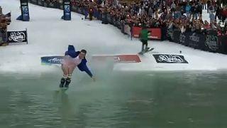 شاهد: لقطات طريفة خلال منافسات كأس سلوش للتزلج بألاسكا