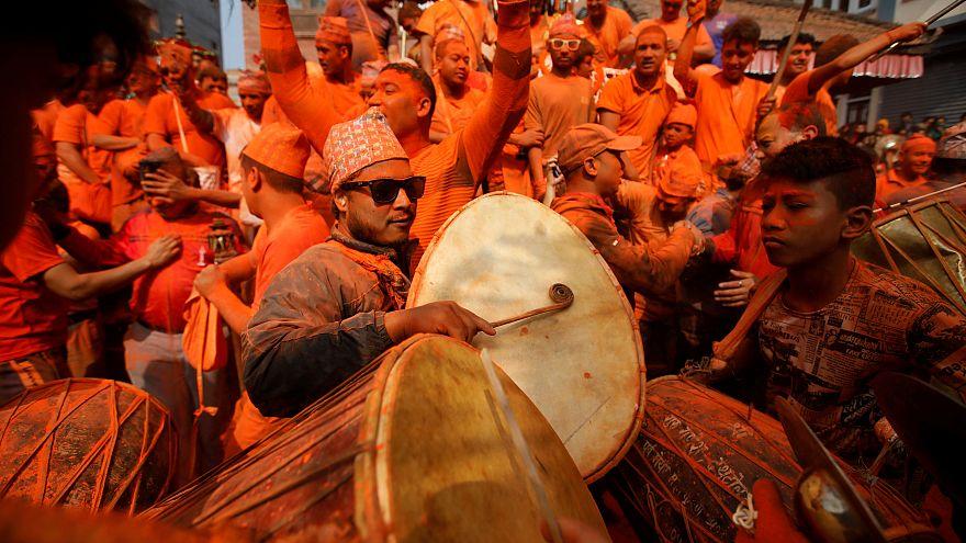 Nepal'de yeni yıl kutlamaları turuncuya büründü