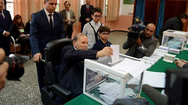 الرئيس الجزائري السابق عبد العزيز بوتفليقة يدلي بصوته في انتخابات محلية