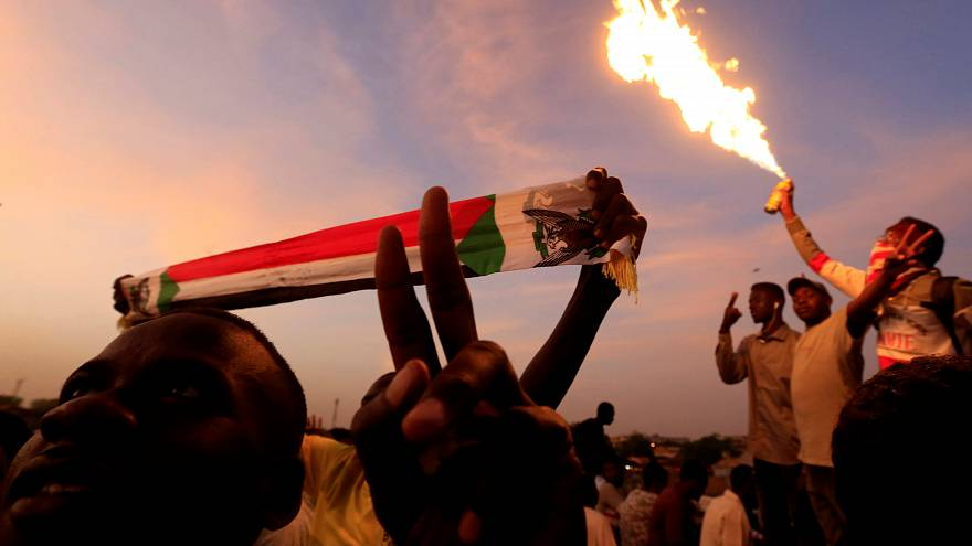بعد نداء تجمع المهنيين السودانيين..محتجون يتجهون لحماية اعتصام القيادة في الخرطوم