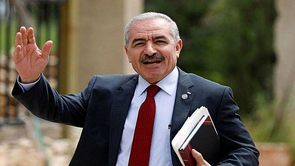 الحكومة الفلسطينية تطلب اجتماعا للدول المانحة وتتخذ إجراءات تقشفية في ظل أزمتها المالية