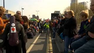 شاهد: أنصار البيئة يرقصون أسفل جسر واترلو