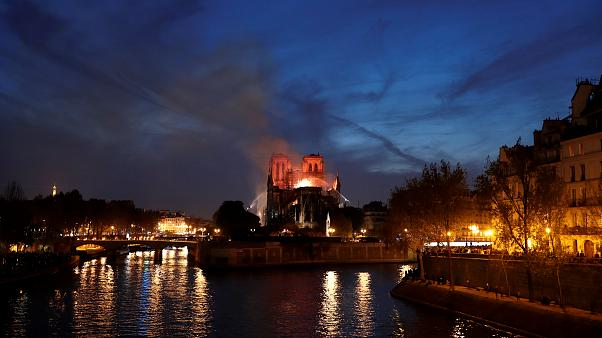 Η Γαλλία τιμά τους πυροσβέστες που έσωσαν την Παναγία των Παρισίων