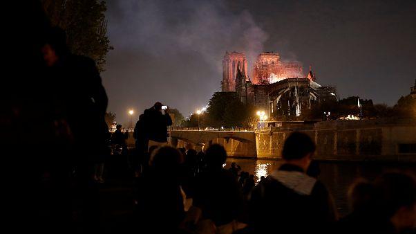 Notre-Dame Opfer der Flammen: Macron verspricht Wiederaufbau