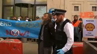 شاهد: أنصار البيئة يتسببون في أضرار بقيمة 6000 جنيه استرليني لمجموعة شل النفطية