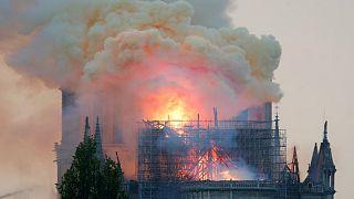 کلیسای نوتردام در میان شعله های آتش