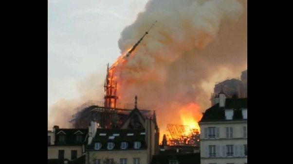 """Video: Der Moment, in dem """"la flèche"""" von Notre-Dame einstürzt"""
