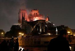 Tűzoltók dolgoznak a Notre Dame-székesegyháznál