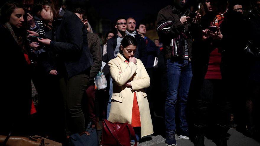 Az Ave Mariát énekelte a tömeg a lángoló Notre Dame mellett