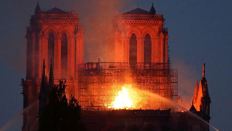 Bomberos apagan las llamas de Notre Dame. París, Francia. 15 de abril, 2019