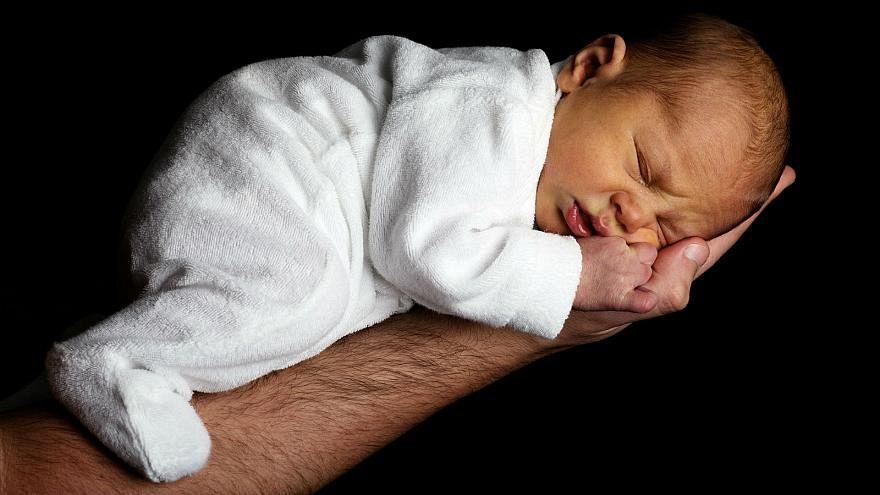تقنية إنجاب طفل من امرأتين ورجل.. هل هي فعلاً ممكنة وما مدى أخلاقيتها؟