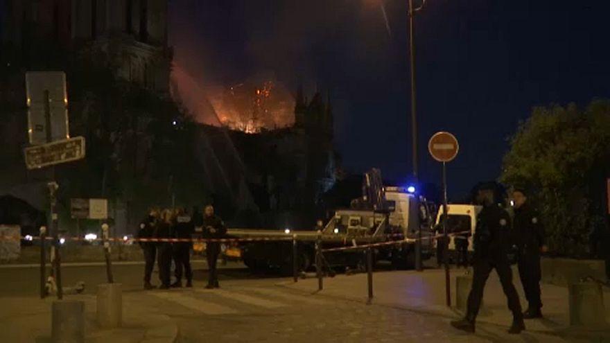 نبرد شبانه آتشنشانان با آتش سرکش در نوتردام پاریس