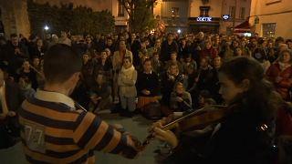 Notre-Dame a fuoco e la folla intona canti di preghiera