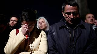 نیایش دستهجمعی مسیحیان پاریس در هنگام آتشسوزی کلیسای نوتردام