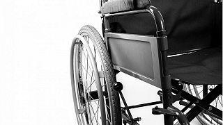 كرسي متحرك على عجلات