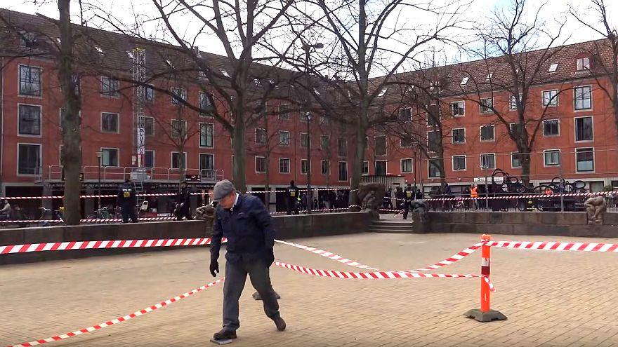 Danimarkalı siyasetçi polis korumasında Kur'an'ı ayağının altına aldı, ülke karıştı